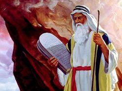 Бог дал Моисею две скрижали закона из десяти заповедей